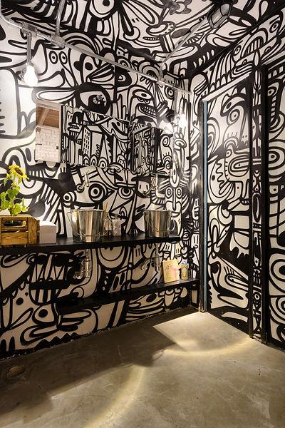 banheiro decorado com grafitte