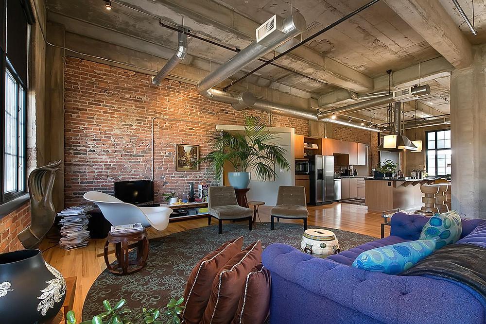 Loft com mobilia colorida