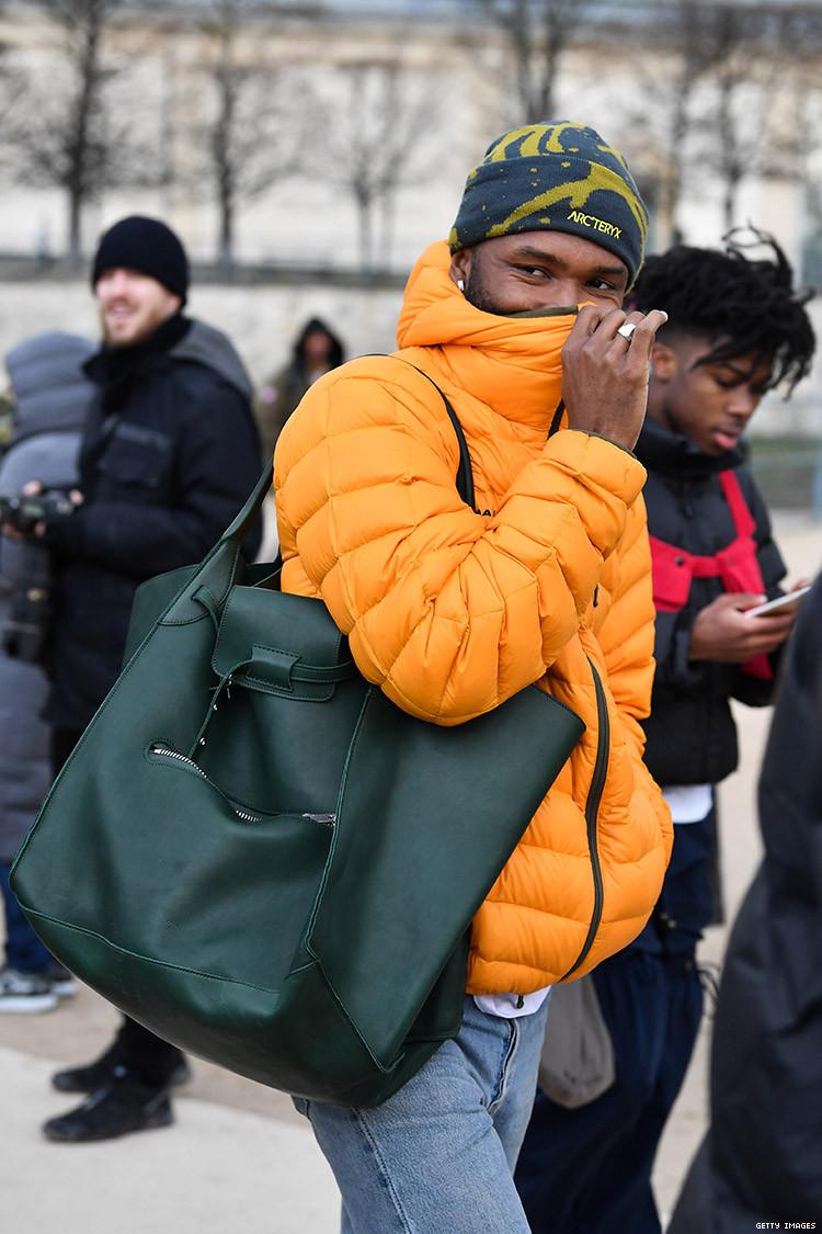 Фрэнк Оушен с сумкой коллекции Celine Fall 2017