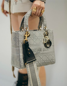 Новая классика: обновленная версия сумки Lady D-Lite Dior