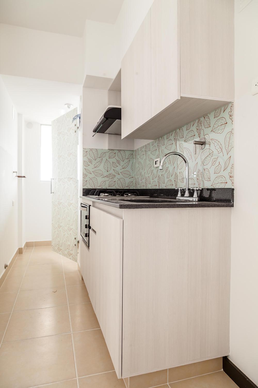 Cocina con aplique de vidrio en pared (salpicadero). Diseño personalizado