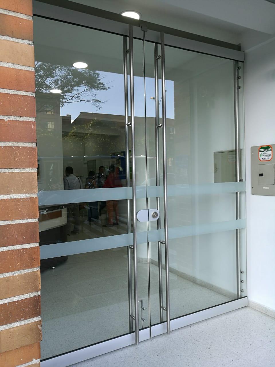 puerta-en-vidrio-y-acero