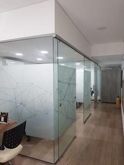 division-de-oficina-en-vidrio