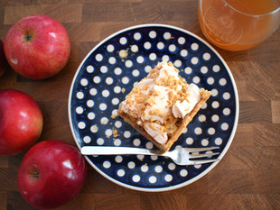 Apple pie on shortbread with meringue & fresh apple juice - SZARLOTKA
