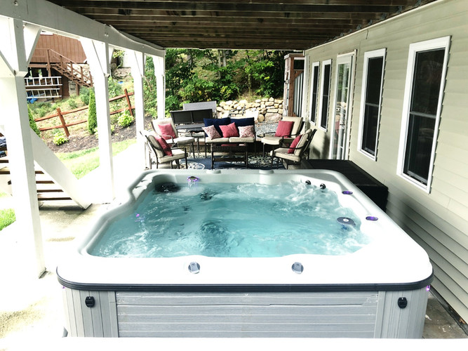 Lakefront Lookout outdoor Hot tub