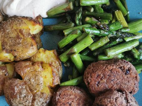Kidneybohnenfrikadellen mit grünem Spargel und mashed Potatoes