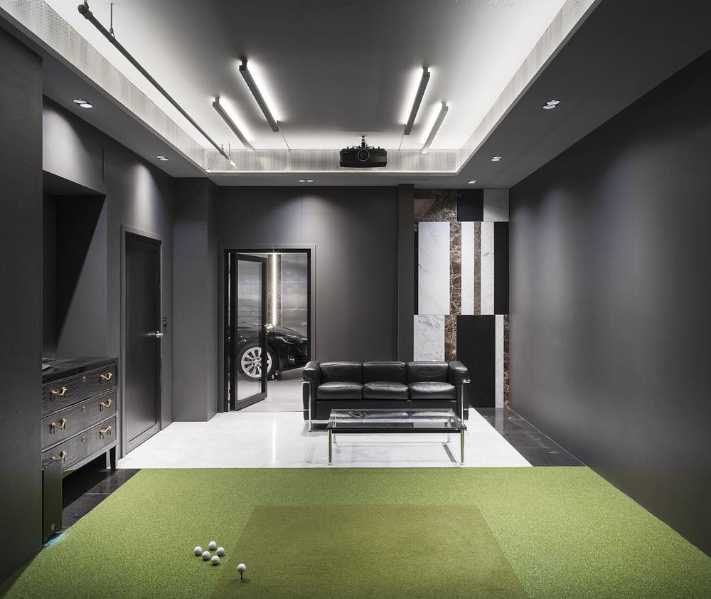 Golf simulator in Skuggi media room