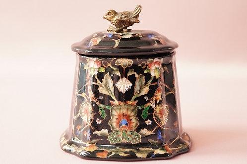 Wunderbare Porzellandose mit kunstvollem Vogelknauf aus Messing