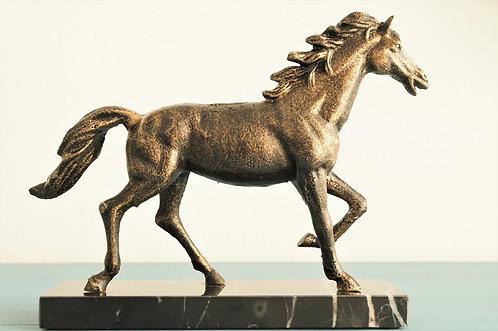 Herrschaftliches Pferd auf Steinsockel