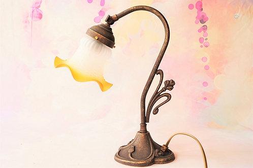 Elegante Tischlampe mit schwenkbarem Lampenkopf im Stil des Art Nouveaus