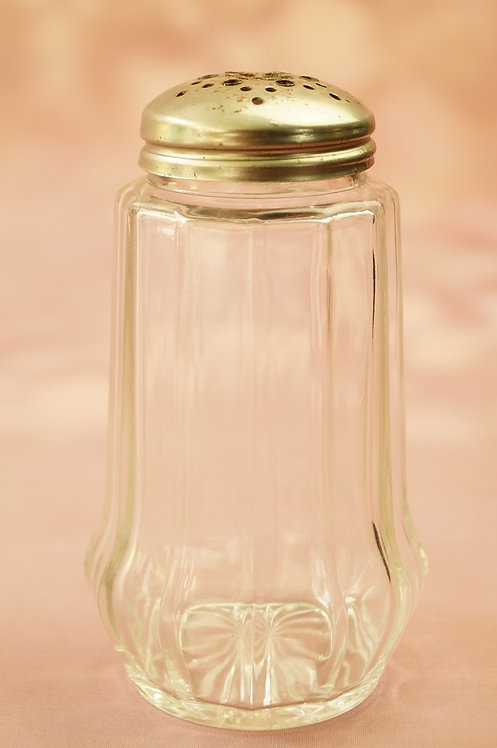 Omas Zuckerstreuer aus Glas – Nostalgie am Jausentisch