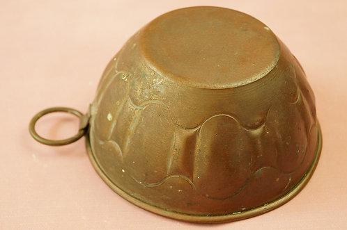 Dekorative, kleine alte Kuchenform zum Aufhängen – Pudding, Soufflé