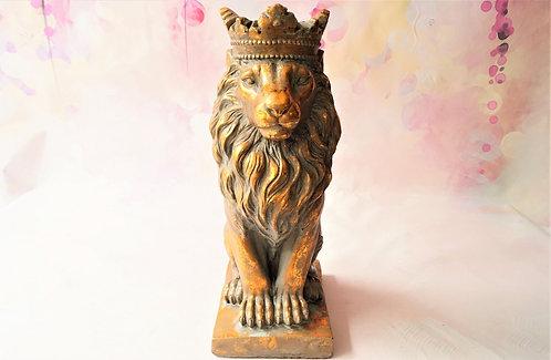 Figur - großer, majestätischer Löwe in Gold auf Sockel
