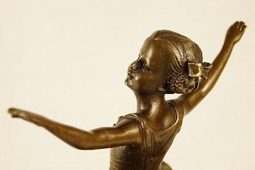 Tanzendes Mädchen aus Bronze auf Steinsockel