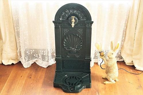 Nostalgischer Antikchic Wandbrunnen im schönen, dunklen Moosgrün