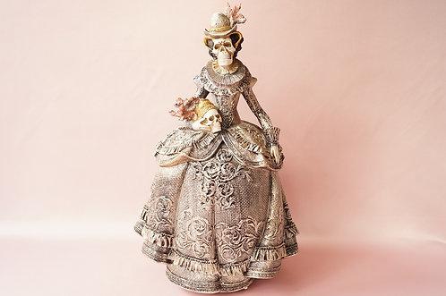 Figur Dame als Skelett im pompösen Elisabethanischen Stil