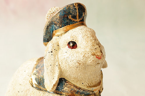 Handbemalter Hase aus Kunstharz als Matrose