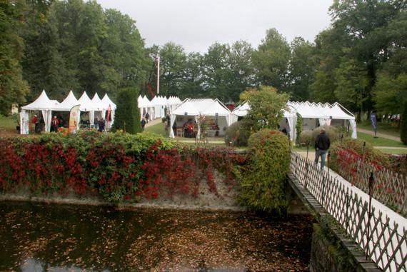 Cottages des exposants dans le parc du château