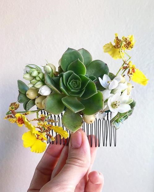 Arranjo de cabelo com flores e suculentas naturais