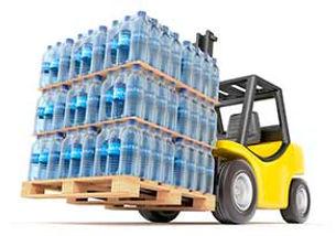 מלגזנים מעמיסים בקבוקי מים