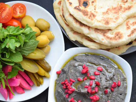 Schwarzer Hummus & Pita