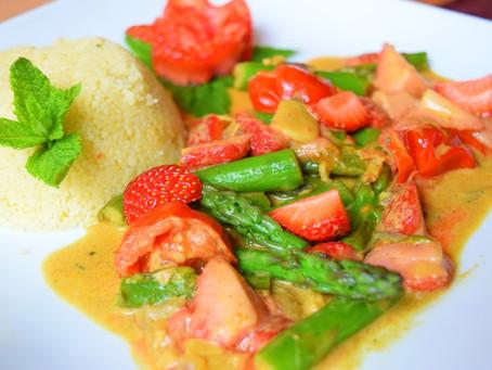 Erdbeer Curry mit grünem Spargel