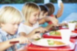 primary school children eating lunch