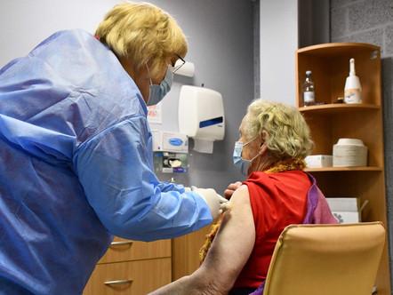 Sāk vakcinēt seniorus no 60 gadu vecuma