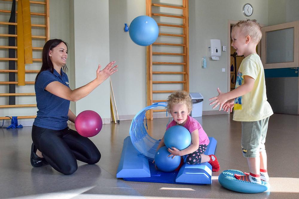 Mazā Amanda nodarbībā fizioterapeiti Kristīni Mālnieci. Arī brālītim Jēkabam patika nākt līdzi un līdzdarboties.