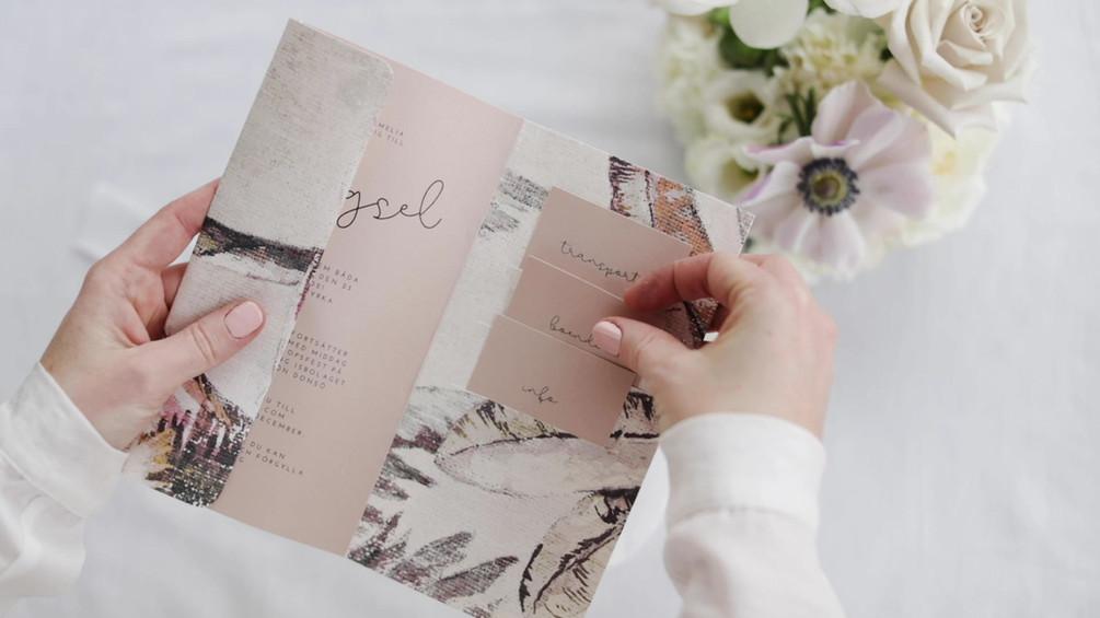 Vi designar save the date, inbjudningar och alla tryck till ert bröllop eller event.