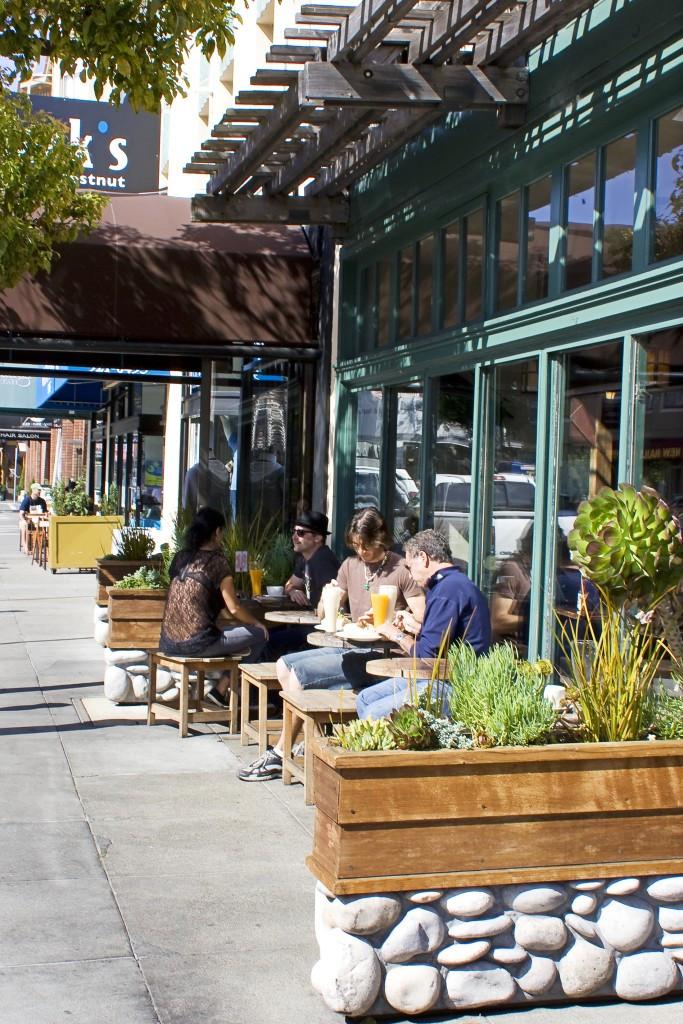 Chestnut-people-dining-on-the-sidewalk-6