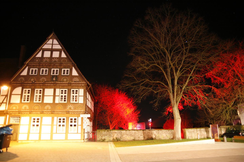 historisches Rathhaus in Blomberg erstrahlt mehrfarbig