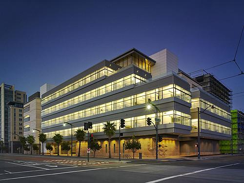Situado na Third Street, a artéria principal de veículos e corredor de bonde, o centro é a porta de entrada para o Campus