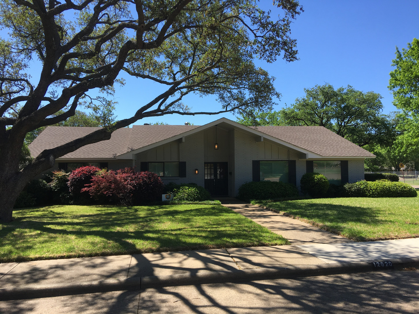 Gorgeous inside & out: New roof | New paint | Bath & Kitchen by LD4