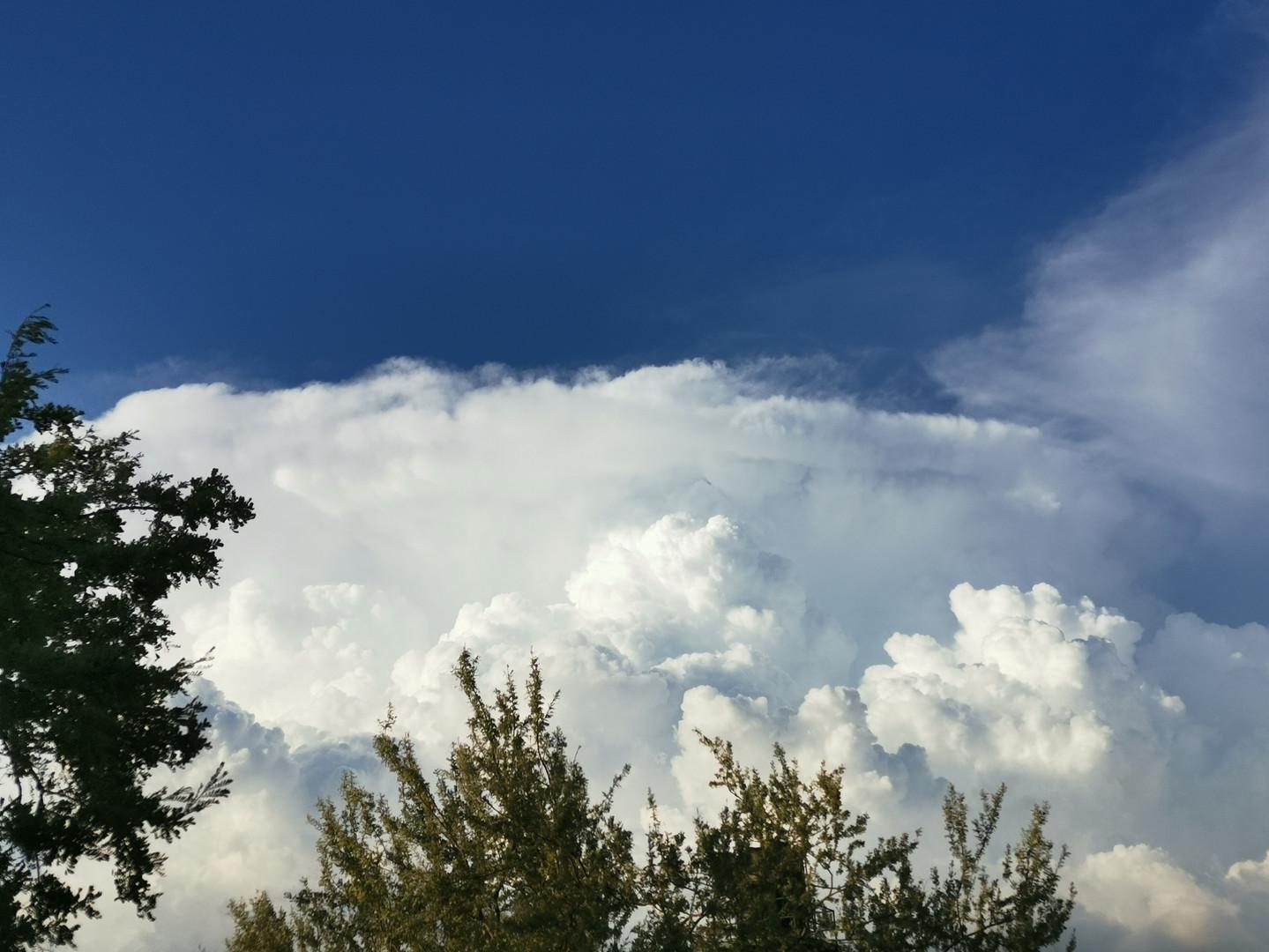 En las nubes.