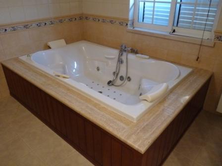 Salle de bain avec jacuzzi