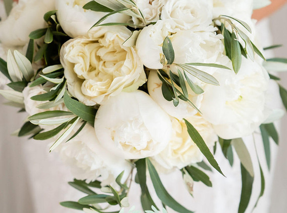 Chic white rose and peony bouquet
