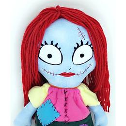 """A boneca Sally da FluFlu foi inspirada na personagem do filme """"Estranho mundo de Jack"""". Linda, romântica e sonhadora, a boneca Sally é o presente perfeito! Também pode ser usada como decoração de quartos infantis e outros ambientes. E o mais importante, ela é muito fofa para ser abraçada!  Depois de pronta a boneca Sally ficará com cerca de 45 cm (17 inches). Com lindos cabelos vermelhos de lã, rostinho bordado com detalhes em feltro e um lindo vestido de soft customizado e bordado com detalhes de feltro, a Sally é um amor! Todos vão se apaixonar por ela.   Esta apostila fornece a você todo o passo a passo, com tutorial e fotos, para a confecção da boneca Sally e seu vestido."""