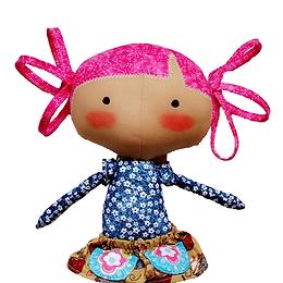 A boneca Juju da FluFlu tem olhinhos e blush, por ser inspirada nas bonecas Tildas, ela não tem boquinha. Ela tem um cabelinho fofo, pernas longas e uma sainha super estilosa com bolsos.  Depois de pronta, a Juju ficará com aproximadamente 45 cm. Uma boneca de pano linda e fácil de fazer se você seguir o passo a passo da apostila, com tutorial completo e fotos.   A boneca Juju é perfeita para presentear crianças e adultos, pois ela é alegre, colorida, super fofa, um luxo!