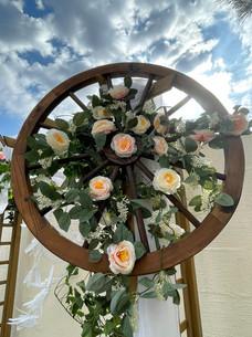 Roue florale sur une arche de cérémonie