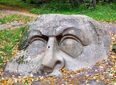 Голова-валун в Сергиевке