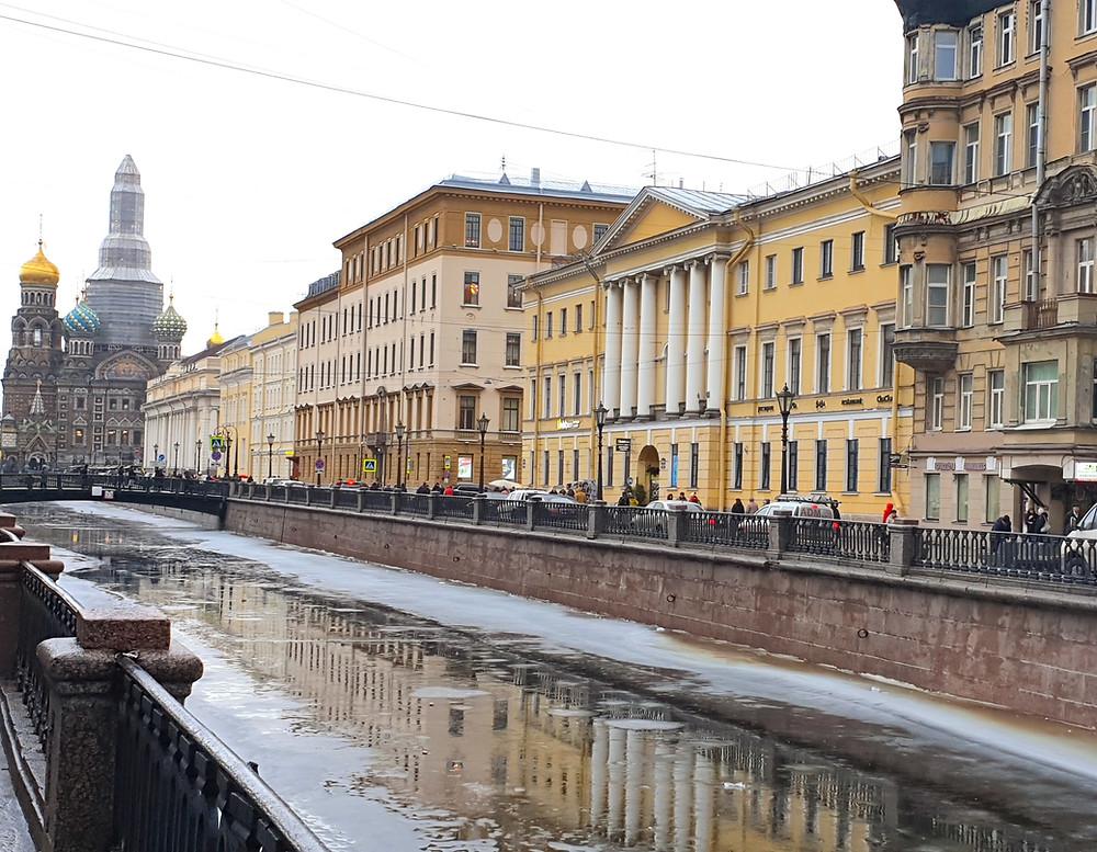 Здание ордена иезуитов, где размещался коллегиум (по центру, желтое с колоннами)