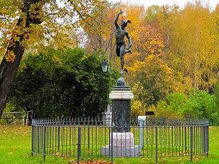 Летящий Меркурий у Павловского дворца