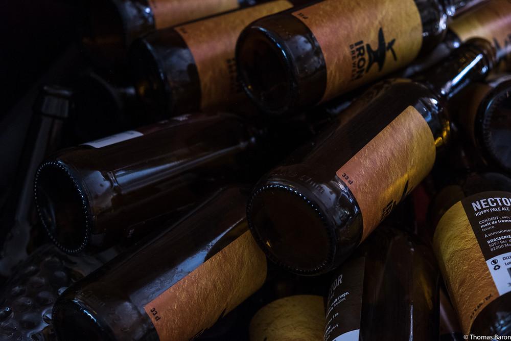 Les clients du bar vienent acheter des bouteilles de biere fraiche.