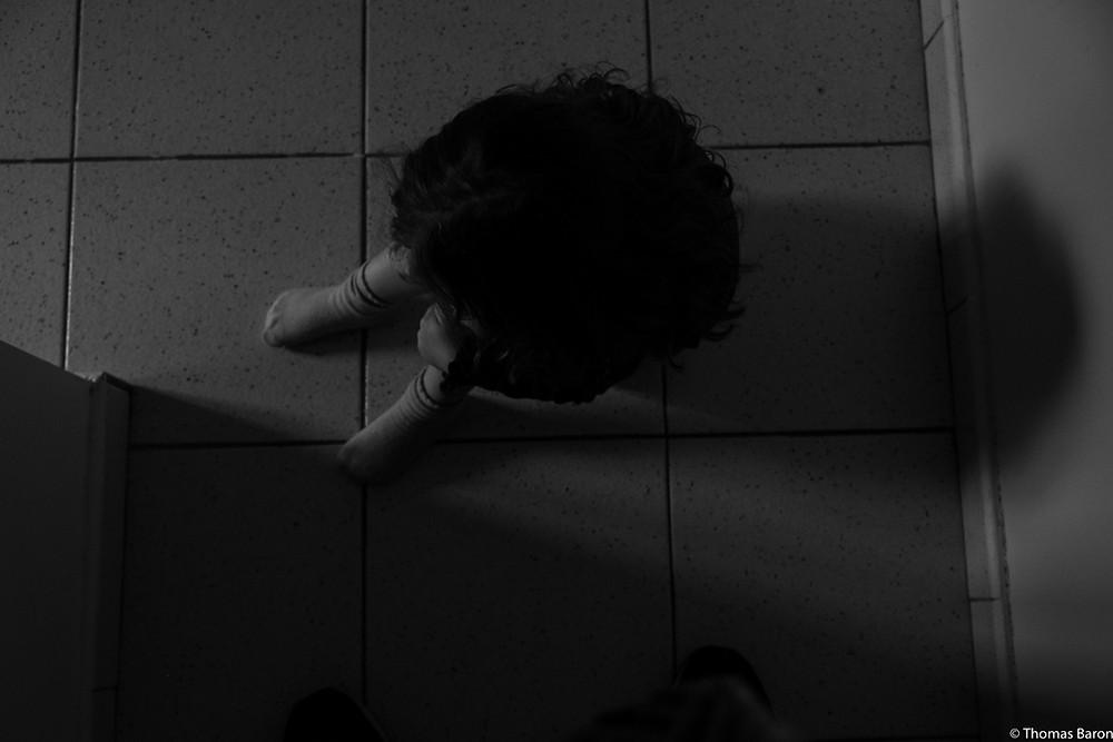 Prostre, seule sur le sol, elle ne voulait plus bouger.