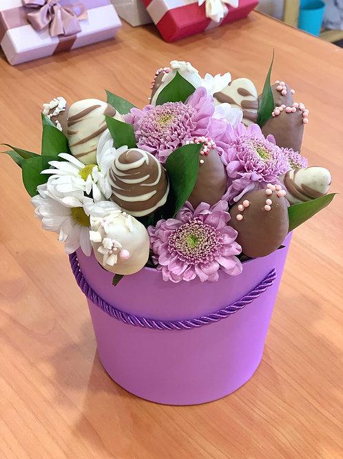 Коробочка с цветами и клубникой в шоколаде