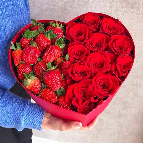 Сердце с клубникой и розами