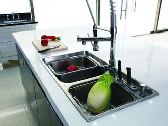 מה ההבדל בין משטחי גרניט, קוורץ ושיש למטבח?