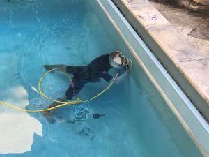 "<img src=""poolleakhouston.gif"" alt=""man in pool fixing pool leak"">"