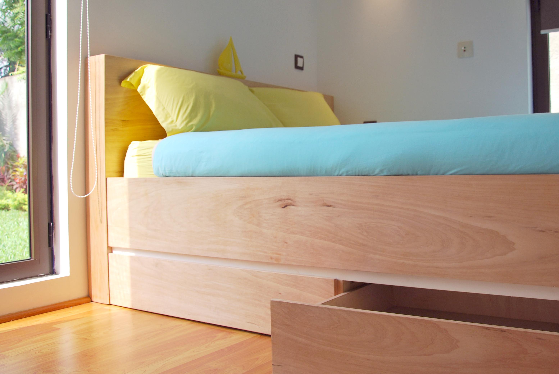 Le lit avec rangements.